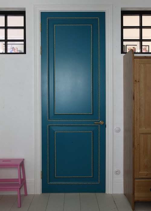Покрашенная дверь в интерьере